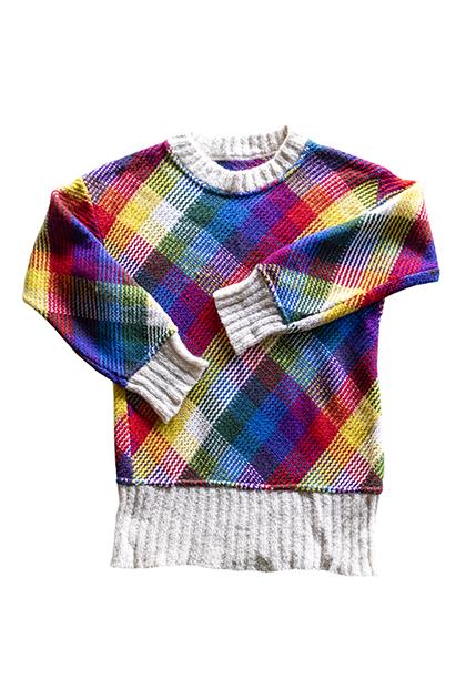 マルチカラーの手編みニット