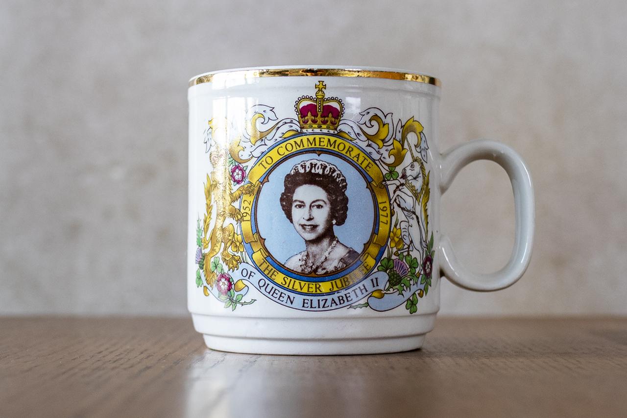 エリザベス二世戴冠25周年記念マグカップ